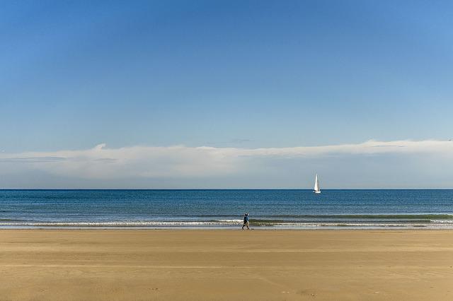 prázdná pláž