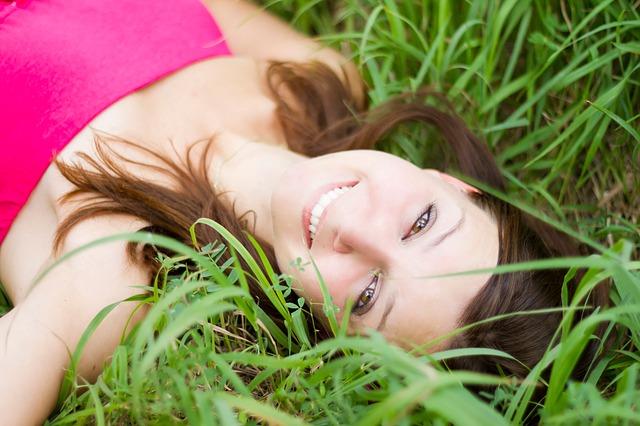 brunetka v trávě