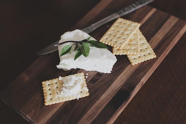 krekry s nadýchaným sýrem na dřevěném prkénku..jpg