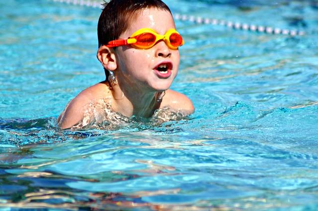 Plavající chlapec