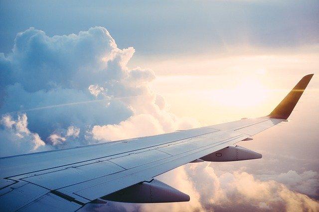 pohled na křídlo dopravního letadla